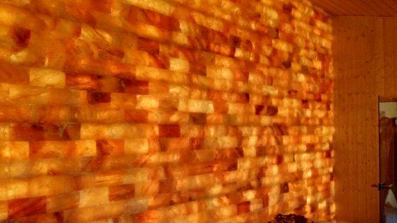 Warme und einzigartige Leuchtwand einem Hallenbad in Katzwang