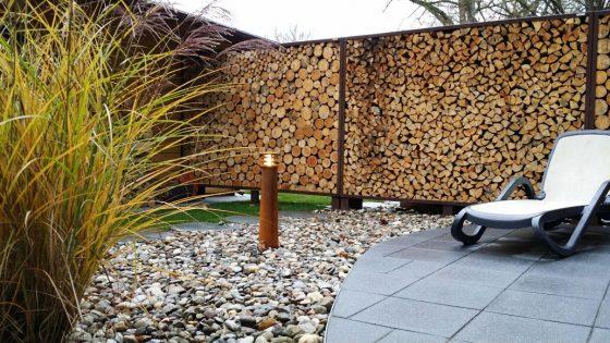 Moderne Rostlook-Standleuchte in einem Garten in Form eines Leuchtturmes