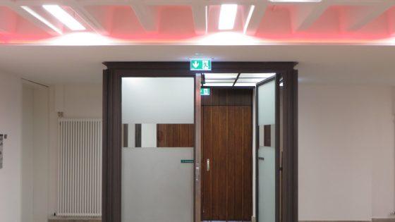 Pinke LED-Deckenleuchten in einem Eingangsbereich der St Jakob Kirche
