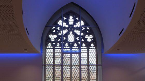 Blaue LED-Deckenleuchten und LED-Band mit wechselbarer Farbe je nach Anlass