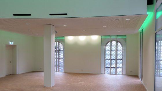Mit grünen LED-Deckenleuchten beleuchteter St Jakob Gemeinschaftsraum
