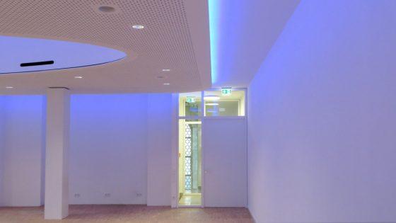 St Jakob Gemeinschaftsraum stimmungsvoll ausgeleuchtet mit blauen LED-Deckenleuchten