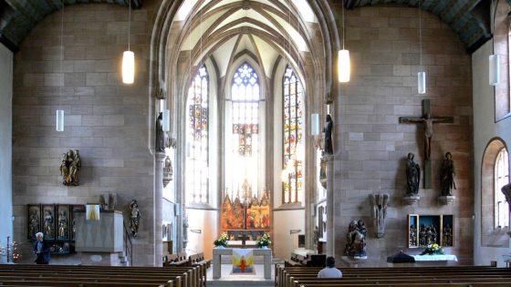 Zylinderförmige Deckenleuchten in der St. Jakob Kirche