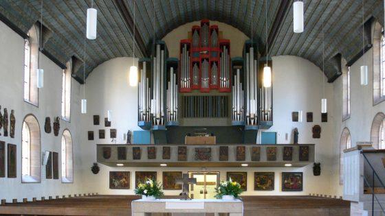 Deckenleuchten in Zylinderform montiert in der St Jakob Kirche