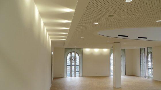 Stilvoll und modern mit LED-Deckenleuchten ausgestatteter Raum in der St Jakob Kirche