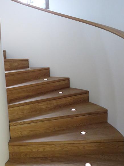 Stilvolle Treppenbeleuchtung mit LED Einbaustrahlern eingebaut in Eiche-Vollholz-Stufen
