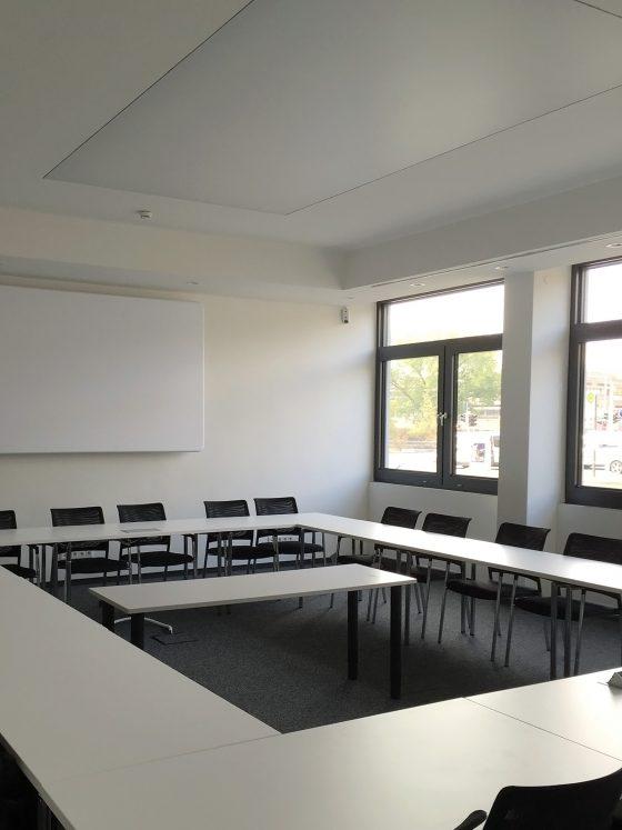 Konferenzraum mit einer großen LED-Lichtdecke in ausgeschaltetem Zustand