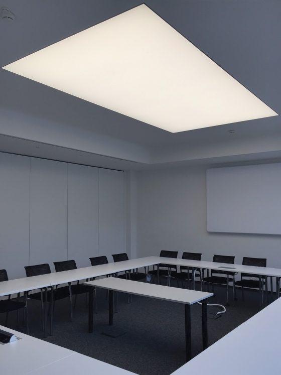Konferenzraum mit einer großen LED-Lichtdecke