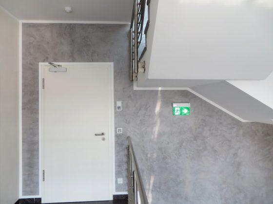 Beleuchtetes Notausgangsschild in einem Treppenhaus