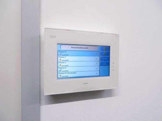 Steuerungsmonitor über die Elektronik mit Touchscreen-Funktion
