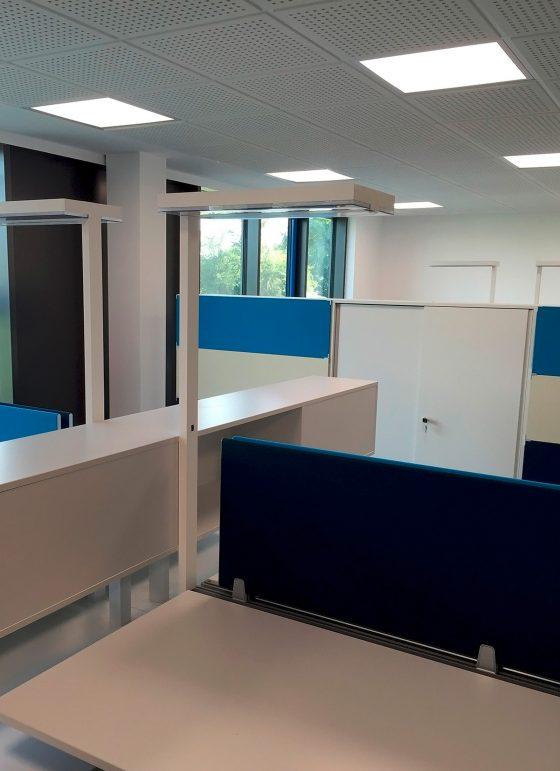 Büroräumlichkeiten mit viereckigen LED-Deckenlichtern