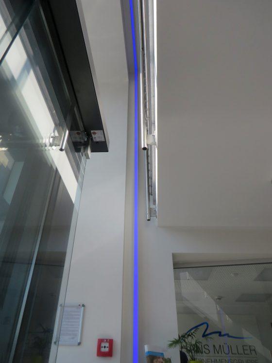LED-Lichtleiste in blau als optischer Fensterrahmen
