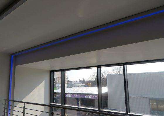 Blauer LED-Lichtleisten-Rahmen als Hingucker