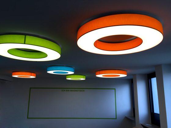 Farbige LED-Deckenleuchten von Schmitz Leuchten Typ Rotonda erhellen den Kreativraum